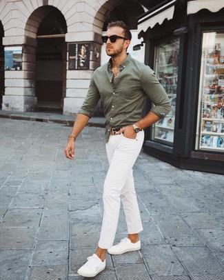Wie kombinieren: olivgrünes Langarmhemd, weiße Chinohose, weiße niedrige Sneakers, schwarzer Ledergürtel