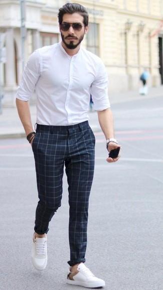 Weißes Langarmhemd kombinieren: Tragen Sie ein weißes Langarmhemd und eine dunkelblaue Chinohose mit Karomuster, um einen lockeren, aber dennoch stylischen Look zu erhalten. Weiße Leder niedrige Sneakers sind eine kluge Wahl, um dieses Outfit zu vervollständigen.