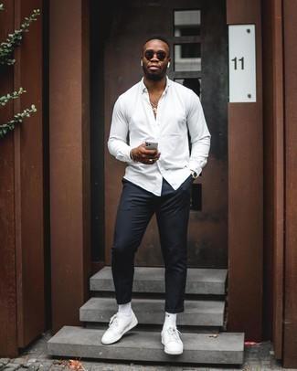 Weißes Langarmhemd kombinieren: Kombinieren Sie ein weißes Langarmhemd mit einer schwarzen Chinohose, um mühelos alles zu meistern, was auch immer der Tag bringen mag. Warum kombinieren Sie Ihr Outfit für einen legereren Auftritt nicht mal mit weißen Leder niedrigen Sneakers?