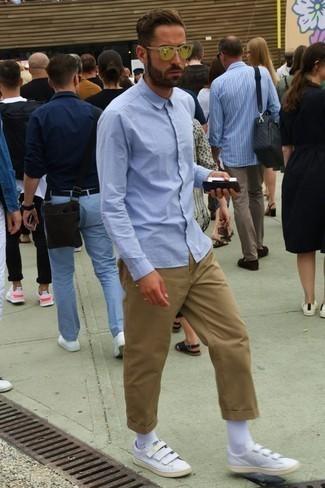 Hemd kombinieren: trends 2020: Kombinieren Sie ein Hemd mit einer beige Chinohose, um einen lockeren, aber dennoch stylischen Look zu erhalten. Ergänzen Sie Ihr Outfit mit weißen Leder niedrigen Sneakers, um Ihr Modebewusstsein zu zeigen.