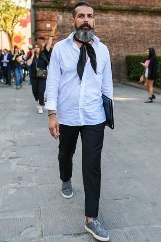 Graue Wildleder niedrige Sneakers kombinieren: trends 2020: Vereinigen Sie ein weißes Langarmhemd mit einer schwarzen Chinohose für einen bequemen Alltags-Look. Fühlen Sie sich mutig? Komplettieren Sie Ihr Outfit mit grauen Wildleder niedrigen Sneakers.