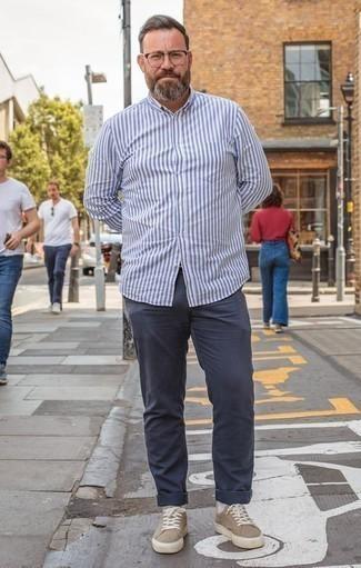 Weißes und blaues vertikal gestreiftes Langarmhemd kombinieren: trends 2020: Paaren Sie ein weißes und blaues vertikal gestreiftes Langarmhemd mit einer dunkelblauen Chinohose für ein Alltagsoutfit, das Charakter und Persönlichkeit ausstrahlt. Beige Segeltuch niedrige Sneakers sind eine perfekte Wahl, um dieses Outfit zu vervollständigen.