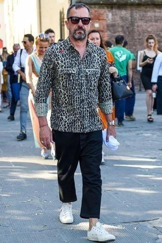 Weißes und schwarzes Langarmhemd mit Leopardenmuster kombinieren: trends 2020: Vereinigen Sie ein weißes und schwarzes Langarmhemd mit Leopardenmuster mit einer schwarzen Chinohose für ein Alltagsoutfit, das Charakter und Persönlichkeit ausstrahlt. Komplettieren Sie Ihr Outfit mit weißen Segeltuch niedrigen Sneakers.