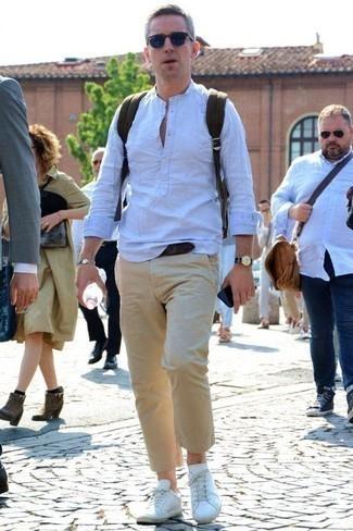 Weiße Leder niedrige Sneakers kombinieren für heiß Wetter: trends 2020: Kombinieren Sie ein hellblaues Leinen Langarmhemd mit einer beige Chinohose für ein Alltagsoutfit, das Charakter und Persönlichkeit ausstrahlt. Warum kombinieren Sie Ihr Outfit für einen legereren Auftritt nicht mal mit weißen Leder niedrigen Sneakers?