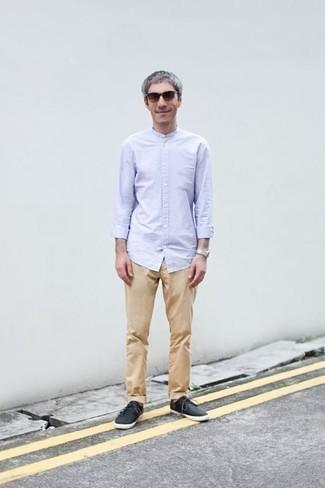 Beige Chinohose kombinieren: trends 2020: Kombinieren Sie ein hellblaues Langarmhemd mit einer beige Chinohose, um einen lockeren, aber dennoch stylischen Look zu erhalten. Suchen Sie nach leichtem Schuhwerk? Vervollständigen Sie Ihr Outfit mit schwarzen Segeltuch niedrigen Sneakers für den Tag.