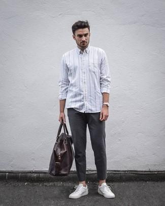 Weißes vertikal gestreiftes Langarmhemd kombinieren: trends 2020: Vereinigen Sie ein weißes vertikal gestreiftes Langarmhemd mit einer dunkelgrauen Chinohose für ein bequemes Outfit, das außerdem gut zusammen passt. Weiße Segeltuch niedrige Sneakers fügen sich nahtlos in einer Vielzahl von Outfits ein.