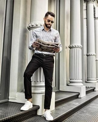 Dunkelgrüne Sonnenbrille kombinieren: trends 2020: Vereinigen Sie ein graues bedrucktes Langarmhemd mit einer dunkelgrünen Sonnenbrille für einen entspannten Wochenend-Look. Fügen Sie weißen Segeltuch niedrige Sneakers für ein unmittelbares Style-Upgrade zu Ihrem Look hinzu.