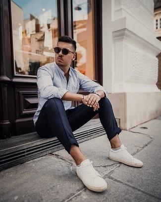 Silberne Uhr kombinieren – 500+ Casual Herren Outfits: Ein weißes und blaues vertikal gestreiftes Langarmhemd und eine silberne Uhr sind eine gute Outfit-Formel für Ihre Sammlung. Fühlen Sie sich mutig? Ergänzen Sie Ihr Outfit mit weißen Segeltuch niedrigen Sneakers.