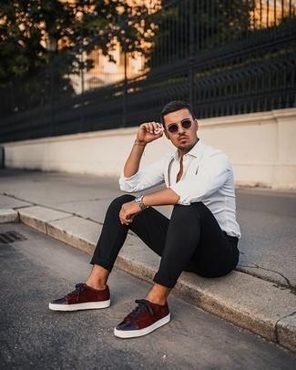Hosenträger kombinieren – 33 Casual Herren Outfits: Entscheiden Sie sich für ein weißes Langarmhemd und einen Hosenträger für einen entspannten Wochenend-Look. Fühlen Sie sich ideenreich? Entscheiden Sie sich für dunkelroten Wildleder niedrige Sneakers.