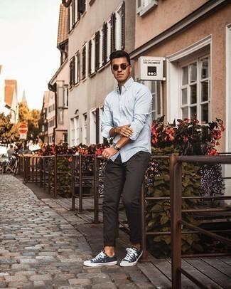Hellblaues vertikal gestreiftes Langarmhemd kombinieren – 81 Casual Herren Outfits: Kombinieren Sie ein hellblaues vertikal gestreiftes Langarmhemd mit einer dunkelbraunen Chinohose, um mühelos alles zu meistern, was auch immer der Tag bringen mag. Dunkelblaue und weiße Segeltuch niedrige Sneakers sind eine großartige Wahl, um dieses Outfit zu vervollständigen.