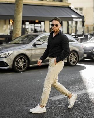 Weiße Leder niedrige Sneakers kombinieren – 500+ Herren Outfits: Entscheiden Sie sich für ein schwarzes Langarmhemd und eine hellbeige Chinohose für ein bequemes Outfit, das außerdem gut zusammen passt. Suchen Sie nach leichtem Schuhwerk? Komplettieren Sie Ihr Outfit mit weißen Leder niedrigen Sneakers für den Tag.