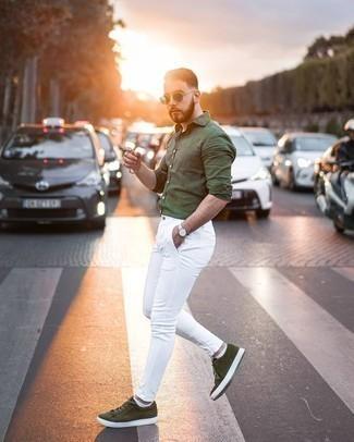 Dunkelgrüne Sonnenbrille kombinieren – 500+ Herren Outfits: Kombinieren Sie ein olivgrünes Leinen Langarmhemd mit einer dunkelgrünen Sonnenbrille für einen entspannten Wochenend-Look. Fühlen Sie sich ideenreich? Ergänzen Sie Ihr Outfit mit olivgrünen Wildleder niedrigen Sneakers.
