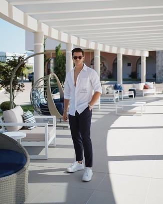 Weiße Leder niedrige Sneakers kombinieren – 1200+ Herren Outfits: Erwägen Sie das Tragen von einem weißen bedruckten Langarmhemd und einer dunkelblauen Chinohose für ein Alltagsoutfit, das Charakter und Persönlichkeit ausstrahlt. Ergänzen Sie Ihr Look mit weißen Leder niedrigen Sneakers.