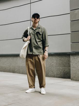 Dunkelgraue Baseballkappe kombinieren – 117 Herren Outfits: Für ein bequemes Couch-Outfit, erwägen Sie das Tragen von einem olivgrünen Langarmhemd und einer dunkelgrauen Baseballkappe. Fühlen Sie sich mutig? Vervollständigen Sie Ihr Outfit mit weißen Leder niedrigen Sneakers.
