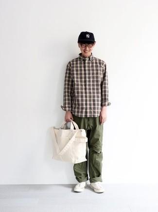 Weiße Shopper Tasche aus Segeltuch kombinieren – 288 Herren Outfits: Für ein bequemes Couch-Outfit, vereinigen Sie ein hellbeige Langarmhemd mit Schottenmuster mit einer weißen Shopper Tasche aus Segeltuch. Putzen Sie Ihr Outfit mit weißen Segeltuch niedrigen Sneakers.