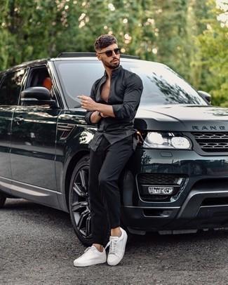 Schwarze Uhr kombinieren – 500+ Herren Outfits: Für ein bequemes Couch-Outfit, kombinieren Sie ein schwarzes Langarmhemd mit einer schwarzen Uhr. Fühlen Sie sich ideenreich? Komplettieren Sie Ihr Outfit mit weißen Segeltuch niedrigen Sneakers.