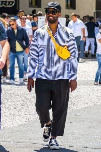 Schwarze Sonnenbrille kombinieren – 500+ Herren Outfits: Ein weißes und dunkelblaues vertikal gestreiftes Langarmhemd und eine schwarze Sonnenbrille sind eine perfekte Outfit-Formel für Ihre Sammlung. Fühlen Sie sich ideenreich? Wählen Sie schwarzen und weißen Segeltuch niedrige Sneakers.