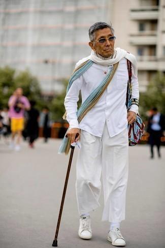 60 Jährige: Outfits Herren 2021: Vereinigen Sie ein weißes Langarmhemd mit einer weißen Chinohose für ein sonntägliches Mittagessen mit Freunden. Fühlen Sie sich mutig? Komplettieren Sie Ihr Outfit mit weißen Leder niedrigen Sneakers.