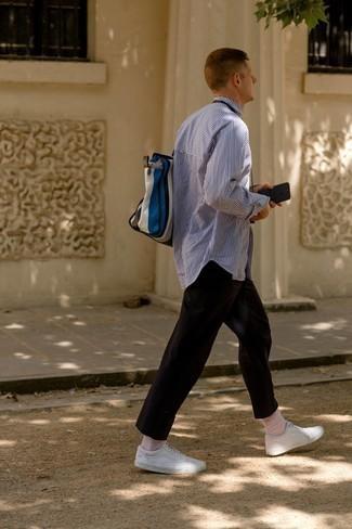 Hellbeige Socken kombinieren – 407 Herren Outfits: Ein weißes und dunkelblaues vertikal gestreiftes Langarmhemd und hellbeige Socken sind eine gute Outfit-Formel für Ihre Sammlung. Fühlen Sie sich mutig? Wählen Sie weißen Leder niedrige Sneakers.