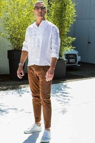 Transparente Sonnenbrille kombinieren – 500+ Casual Herren Outfits: Paaren Sie ein weißes Leinen Langarmhemd mit einer transparenten Sonnenbrille für einen entspannten Wochenend-Look. Weiße Leder niedrige Sneakers sind eine einfache Möglichkeit, Ihren Look aufzuwerten.