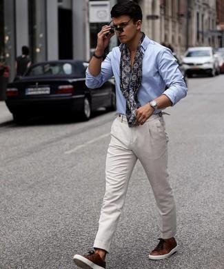 Dunkelbraune Leder niedrige Sneakers kombinieren – 205 Herren Outfits: Entscheiden Sie sich für ein hellblaues Langarmhemd und eine graue Chinohose, um einen lockeren, aber dennoch stylischen Look zu erhalten. Dunkelbraune Leder niedrige Sneakers leihen Originalität zu einem klassischen Look.