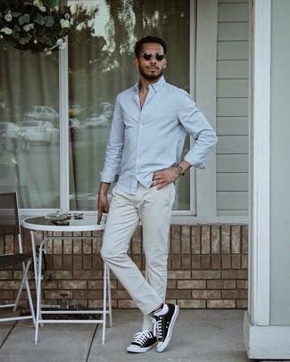 Graue Chinohose kombinieren – 500+ Herren Outfits: Tragen Sie ein hellblaues Langarmhemd und eine graue Chinohose für ein sonntägliches Mittagessen mit Freunden. Bringen Sie die Dinge durcheinander, indem Sie schwarzen und weißen Segeltuch niedrige Sneakers mit diesem Outfit tragen.