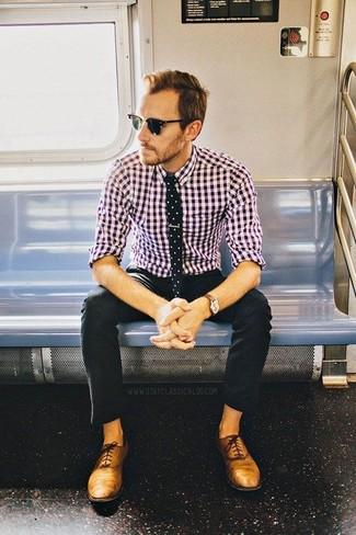 Paaren Sie ein lila Langarmhemd mit Vichy-Muster mit einer schwarzen Chinohose für ein großartiges Wochenend-Outfit. Fühlen Sie sich mutig? Vervollständigen Sie Ihr Outfit mit beige leder oxford schuhen.