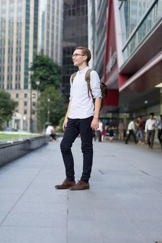 Dunkelbraune Wildleder Oxford Schuhe kombinieren: trends 2020: Entscheiden Sie sich für ein hellblaues vertikal gestreiftes Langarmhemd und eine dunkelblaue Chinohose für einen bequemen Alltags-Look. Fühlen Sie sich mutig? Komplettieren Sie Ihr Outfit mit dunkelbraunen Wildleder Oxford Schuhen.