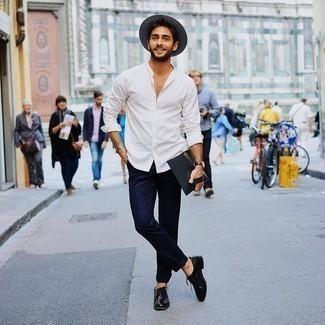 Schwarze Leder Oxford Schuhe kombinieren: trends 2020: Kombinieren Sie ein weißes Langarmhemd mit einer dunkelblauen Chinohose für ein großartiges Wochenend-Outfit. Fühlen Sie sich mutig? Ergänzen Sie Ihr Outfit mit schwarzen Leder Oxford Schuhen.