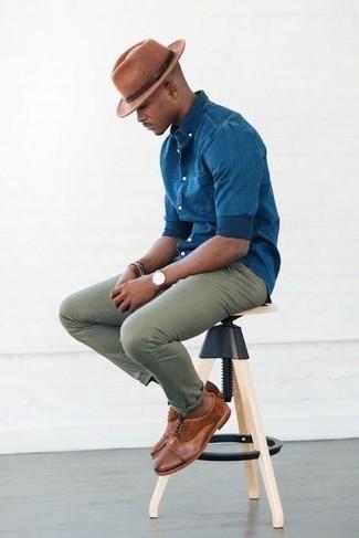 Olivgrüne Chinohose kombinieren – 1200+ Herren Outfits: Entscheiden Sie sich für ein blaues Chambray Langarmhemd und eine olivgrüne Chinohose für einen bequemen Alltags-Look. Wählen Sie braunen Leder Oxford Schuhe, um Ihr Modebewusstsein zu zeigen.
