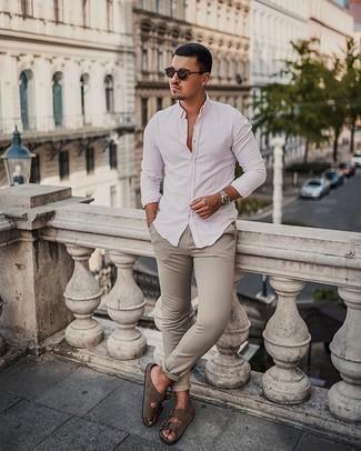 Silberne Uhr kombinieren – 350 Lässige Herren Outfits: Entscheiden Sie sich für Komfort in einem weißen Langarmhemd und einer silbernen Uhr. Fühlen Sie sich mutig? Ergänzen Sie Ihr Outfit mit braunen Wildledersandalen.