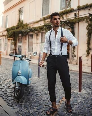 20 Jährige: Hosenträger kombinieren – 37 Herren Outfits: Ein weißes Langarmhemd und ein Hosenträger sind eine kluge Outfit-Formel für Ihre Sammlung. Wenn Sie nicht durch und durch formal auftreten möchten, wählen Sie schwarzen Ledersandalen.