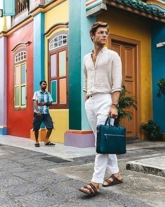 Weiße Leinen Chinohose kombinieren – 30 Herren Outfits: Paaren Sie ein hellbeige Leinen Langarmhemd mit einer weißen Leinen Chinohose für einen bequemen Alltags-Look. Fühlen Sie sich mutig? Wählen Sie dunkelbraunen Ledersandalen.