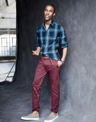 Wie kombinieren: blaues Langarmhemd mit Schottenmuster, dunkelrote Chinohose, graue Slip-On Sneakers, brauner geflochtener Ledergürtel