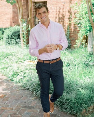 Wie kombinieren: rosa Langarmhemd, dunkelblaue Chinohose, beige geflochtene Slip-On Sneakers aus Leder, beige Ledergürtel