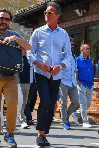 Beige Sonnenbrille kombinieren: trends 2020: Erwägen Sie das Tragen von einem hellblauen Langarmhemd und einer beige Sonnenbrille für einen entspannten Wochenend-Look. Schalten Sie Ihren Kleidungsbestienmodus an und machen schwarzen Slip-On Sneakers aus Segeltuch zu Ihrer Schuhwerkwahl.