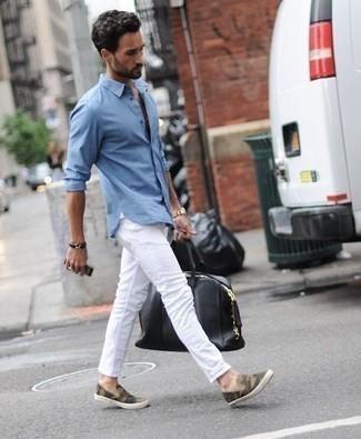 Reisetasche kombinieren: trends 2020: Für ein bequemes Couch-Outfit, erwägen Sie das Tragen von einem hellblauen Langarmhemd und einer Reisetasche. Wählen Sie olivgrünen Camouflage Slip-On Sneakers aus Segeltuch, um Ihr Modebewusstsein zu zeigen.