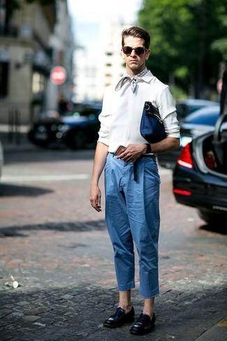 Wie kombinieren: weißes Langarmhemd, blaue Chinohose, schwarze Leder Slipper, dunkelblaue Leder Clutch Handtasche