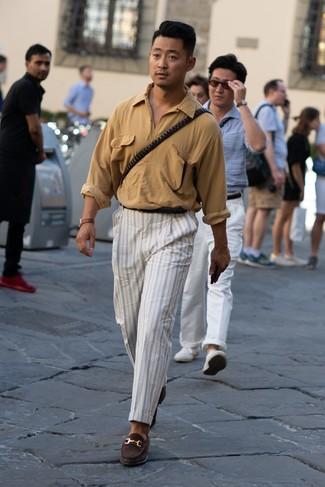 Wie kombinieren: beige Langarmhemd, weiße vertikal gestreifte Chinohose, dunkelbraune Wildleder Slipper, schwarzer Ledergürtel