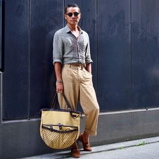 Wie kombinieren: hellblaues Leinen Langarmhemd, beige Chinohose, braune Wildleder Slipper, beige Shopper Tasche aus Segeltuch