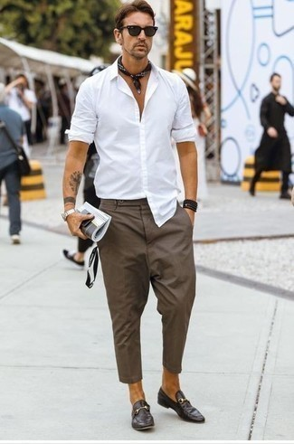 Business Schuhe kombinieren: trends 2020: Vereinigen Sie ein weißes Langarmhemd mit einer braunen Chinohose für ein sonntägliches Mittagessen mit Freunden. Business Schuhe bringen Eleganz zu einem ansonsten schlichten Look.