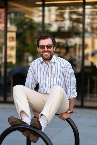 Hellbeige Chinohose kombinieren: trends 2020: Tragen Sie ein weißes und blaues vertikal gestreiftes Langarmhemd und eine hellbeige Chinohose für einen bequemen Alltags-Look. Ergänzen Sie Ihr Outfit mit braunen Wildleder Slippern, um Ihr Modebewusstsein zu zeigen.