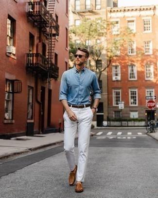 Dunkelbraune Lederuhr kombinieren – 500+ Herren Outfits: Für ein bequemes Couch-Outfit, kombinieren Sie ein hellblaues Chambray Langarmhemd mit einer dunkelbraunen Lederuhr. Rotbraune Leder Slipper bringen klassische Ästhetik zum Ensemble.