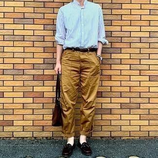 Hellblaues vertikal gestreiftes Langarmhemd kombinieren – 85 Smart-Casual Herren Outfits: Tragen Sie ein hellblaues vertikal gestreiftes Langarmhemd und eine beige Chinohose für ein Alltagsoutfit, das Charakter und Persönlichkeit ausstrahlt. Fühlen Sie sich mutig? Entscheiden Sie sich für dunkelroten Leder Slipper mit Fransen.