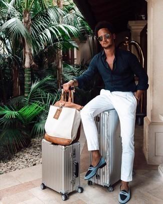 Weiße Shopper Tasche aus Segeltuch kombinieren – 395 Herren Outfits: Entscheiden Sie sich für ein dunkelblaues Langarmhemd und eine weiße Shopper Tasche aus Segeltuch für einen entspannten Wochenend-Look. Heben Sie dieses Ensemble mit hellblauen Wildleder Slippern hervor.