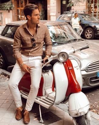 Herren Outfits 2021: Kombinieren Sie ein beige Langarmhemd mit einer weißen Chinohose für ein Alltagsoutfit, das Charakter und Persönlichkeit ausstrahlt. Komplettieren Sie Ihr Outfit mit braunen geflochtenen Leder Slippern, um Ihr Modebewusstsein zu zeigen.