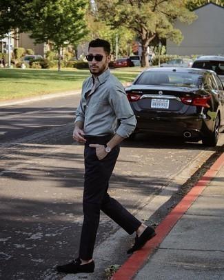 Schwarze Lederuhr kombinieren – 500+ Herren Outfits: Paaren Sie ein graues Langarmhemd mit einer schwarzen Lederuhr für einen entspannten Wochenend-Look. Komplettieren Sie Ihr Outfit mit schwarzen Wildleder Slippern, um Ihr Modebewusstsein zu zeigen.