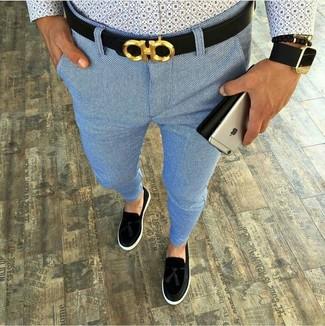 Wie kombinieren: hellblaues bedrucktes Langarmhemd, hellblaue Chinohose, schwarze Wildleder Slipper mit Quasten, schwarzer Ledergürtel