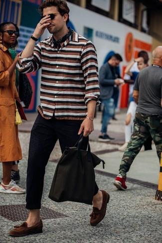 Wie kombinieren: mehrfarbiges horizontal gestreiftes Langarmhemd, schwarze Chinohose, braune Wildleder Slipper mit Quasten, dunkelbraune Shopper Tasche aus Segeltuch