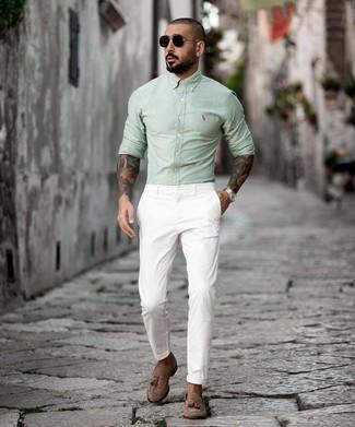 Wie kombinieren: mintgrünes Langarmhemd, weiße Chinohose, braune Wildleder Slipper mit Quasten, schwarze Sonnenbrille